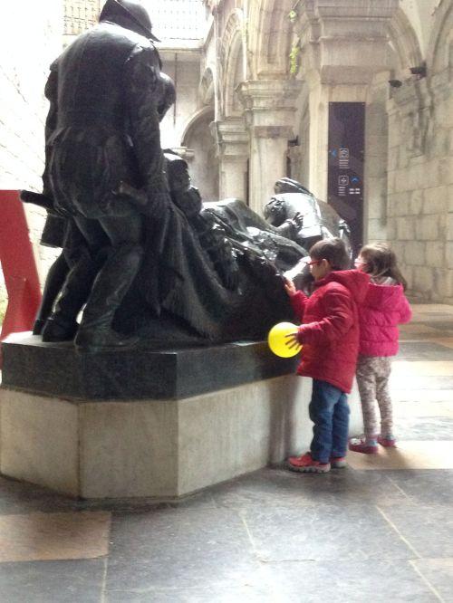 Fátima y Álvaro con la estatua de Ignacio